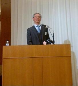 写真は基調講演を行う谷岡一郎会長