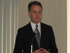 写真は基調講演を行うマリーナ・ベイ・サンズ社 社長兼最高責任者のジョージ・タナシジェビッチ氏